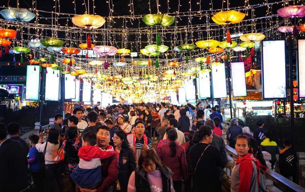 春节多地景区人山人海超负荷 有酒店一晚涨千余元